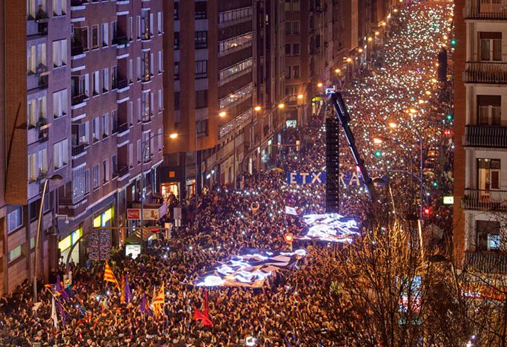 Decenas de miles de personas iluminan Bilbo por el fin de la dispersión
