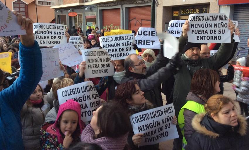 Una multitudinaria concentración exige la construcción de un centro de educación pública en la Margen Izquierda de Zaragoza
