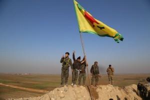 La bandera kurda de las YPG ondea en una cima de Kobane. Foto: DIHA