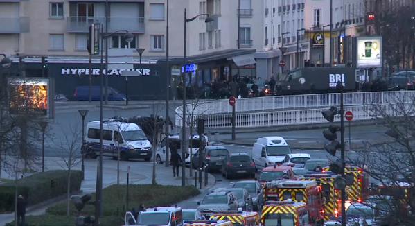Los asaltos de la gendarmería francesa acaban con tres secuestradores, sospechosos de la matanza de Charlie Hebdo, y varios rehenes muertos