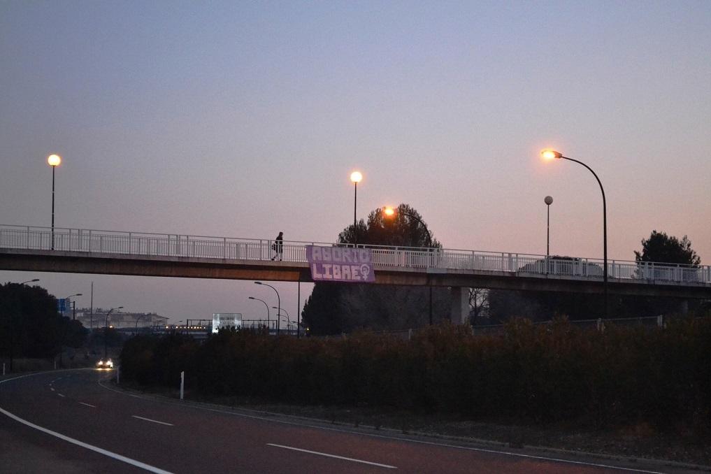 """Una pancarta a la entrada de Zaragoza defiende el derecho al """"Aborto Libre"""""""