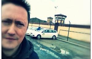 Muguruza en las puertas del centro penitenciario antes de la visita. Foto: @fmuguruza