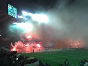 Hinchas de Olympiakos en el estadio de Panathinaikos en una imagen típica del derbi ateniense.