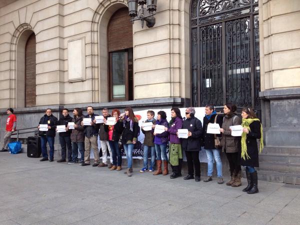 Una rueda de prensa para explicar el caso de Raquel Tenías