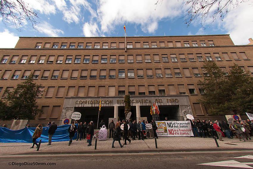 Decenas de personas rodearon la CHE el pasado sábado a favor de otras políticas hidráulicas
