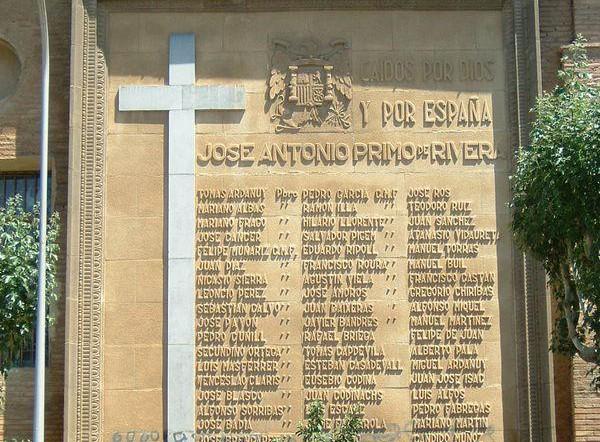 Ayuntamiento de Balbastro y la Iglesia: nidos de cigüeñas 'no', losa fascista 'sí'