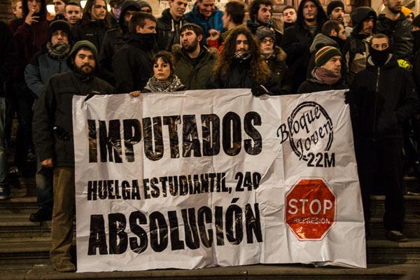 Decenas de zaragozanos arropan a los dos imputados en la huelga estudiantil de 2013