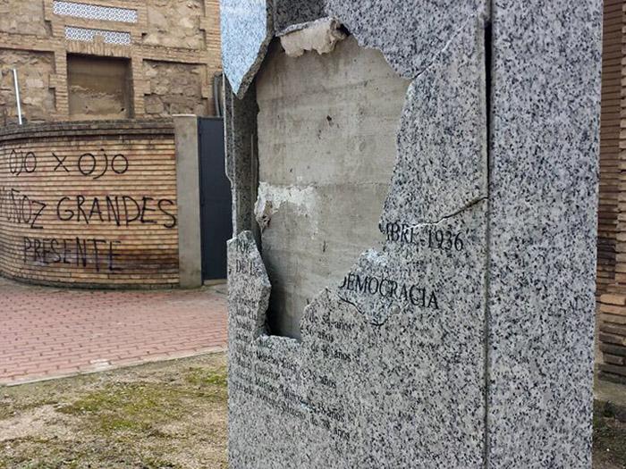 Atacan un monolito en recuerdo a las víctimas del franquismo de La Cartuja
