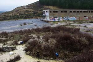Oficinas abandonadas en la antigua mina de potasa en Subiza. Detrás, montaña de escoria a medio reforestar. Foto: Miguel Ángel Conejos |AraInfo