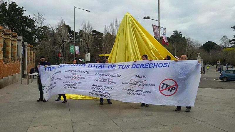 Cubren la estatua de Pío Baroja en Madrid para denunciar que el TTIP amenaza la cultura libre e independiente