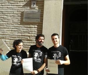 Representantes de Educadores en Lucha en la puerta del Justicia.