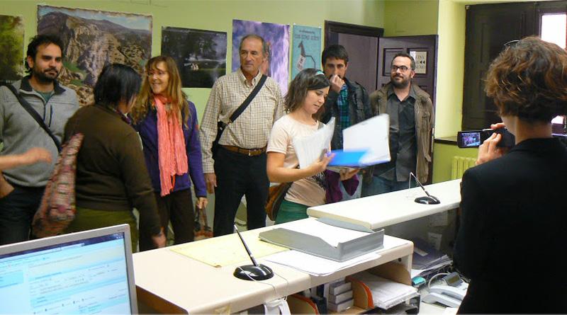Entregan mil firmas pidiendo un Mercado Agroecológico semanal en Uesca