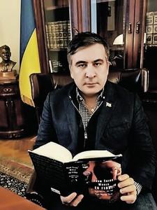 Mijail Saakashvili en su despacho de Kiev, con un busto de Ragan y un libro de Li Kuan.