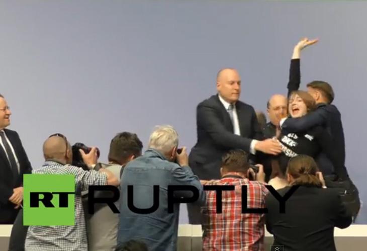 """Una activista lanza papeles y confeti a Draghi al grito de """"fin a la dictadura del BCE"""""""
