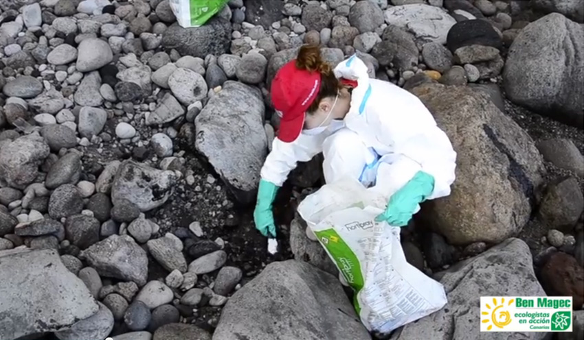 Restos del vertido del pesquero hundido llegan a zonas protegidas de Gran Canaria sin dispositivos oficiales de limpieza