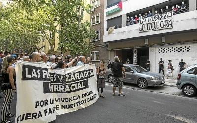 Protesta vecinal frente al Hogar Social.