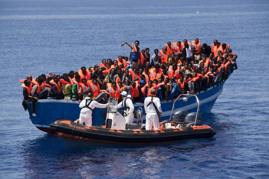45 personas son rescatadas en una patera que navegaba por aguas del Estrecho tras el aviso de un velero