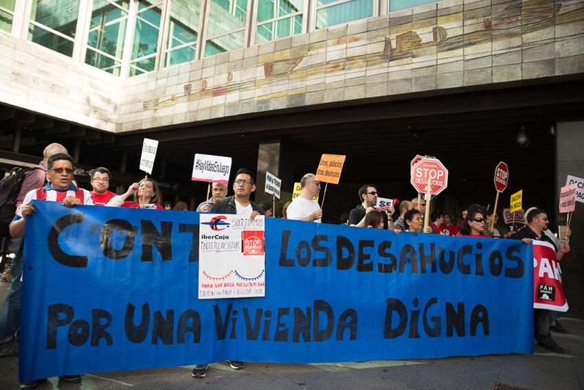 PAH Zaragoza pide un interlocutor en una protesta frente a Ibercaja