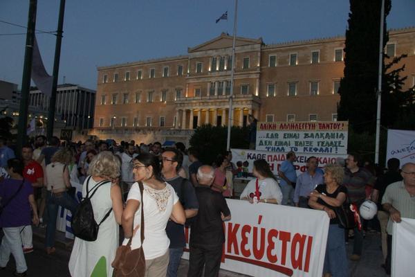 Miles de personas se manifiestan en Atenas para apoyar la postura del Gobierno griego en las negociaciones