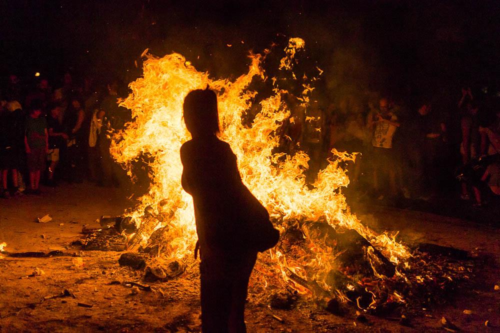 Las hogueras de San Juan celebran la llegada del solsticio de verano