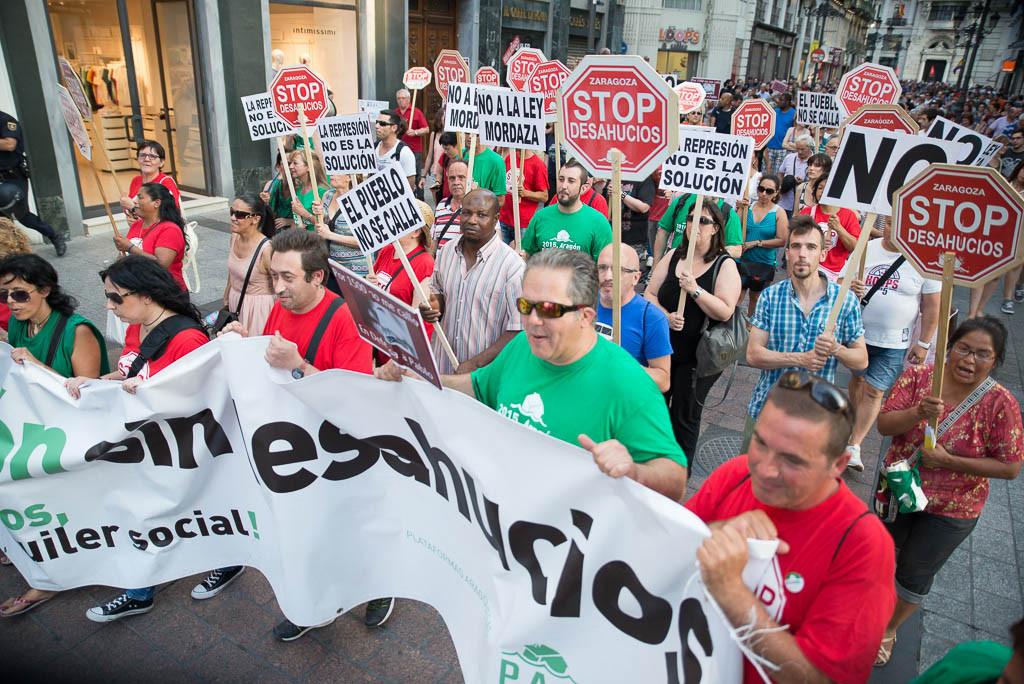 """Miles de personas se manifiestan contra la entrada en vigor de las """"leyes mordaza"""""""