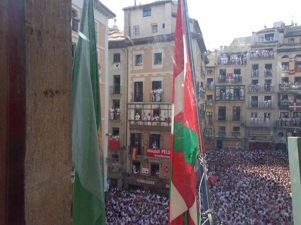 Los sanfermines del cambio: La ikurriña ondea en el balcón de Ayuntamiento