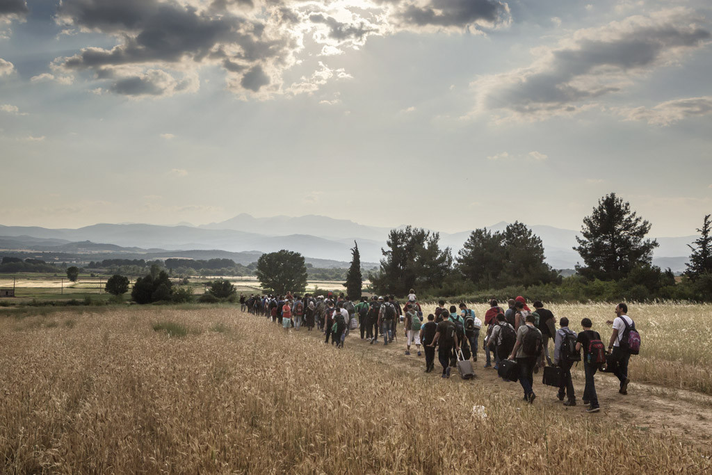 Miles de migrantes y refugiados bloqueados en condiciones precarias en la frontera griega con la Antigua República Yugoslava de Macedonia