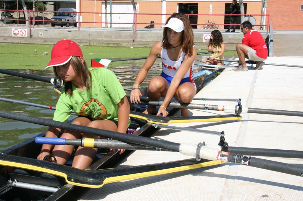 Una docena de jóvenes se estrenan en la práctica del remo con el Capri Club de Mequinensa