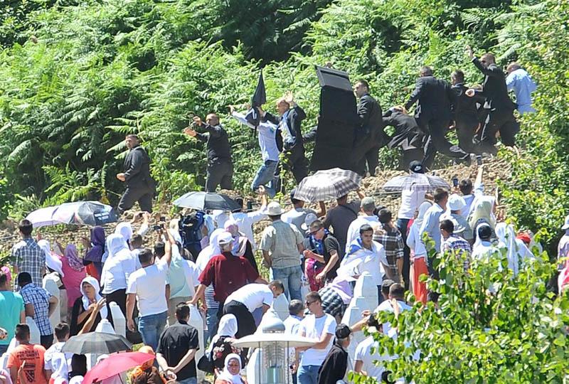 Echan a pedradas al primer ministro serbio de la ceremonia de conmemoración de la matanza de Srebrenica