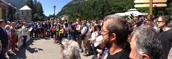 Medio millar de personas piden en Canfranc la reapertura de la línea