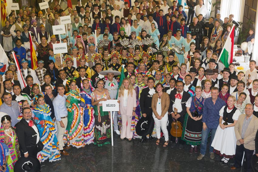 El Encuentro Internacional de Folklore llena de música y color Zaragoza