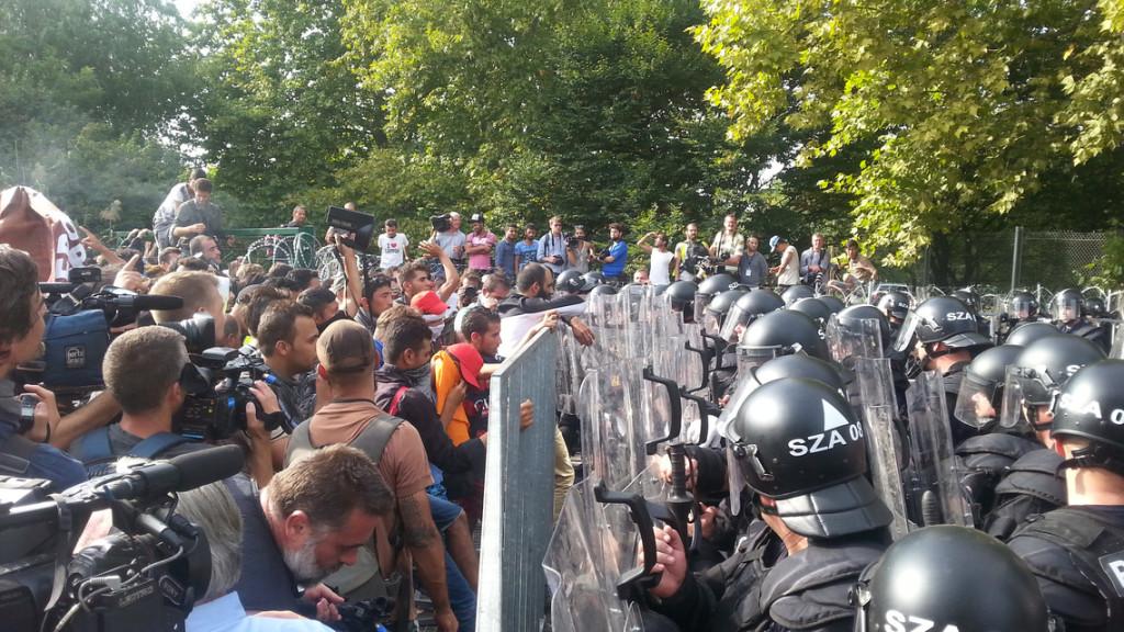 Hungría utiliza gases lacrimógenos y cañones de agua contra los refugiados
