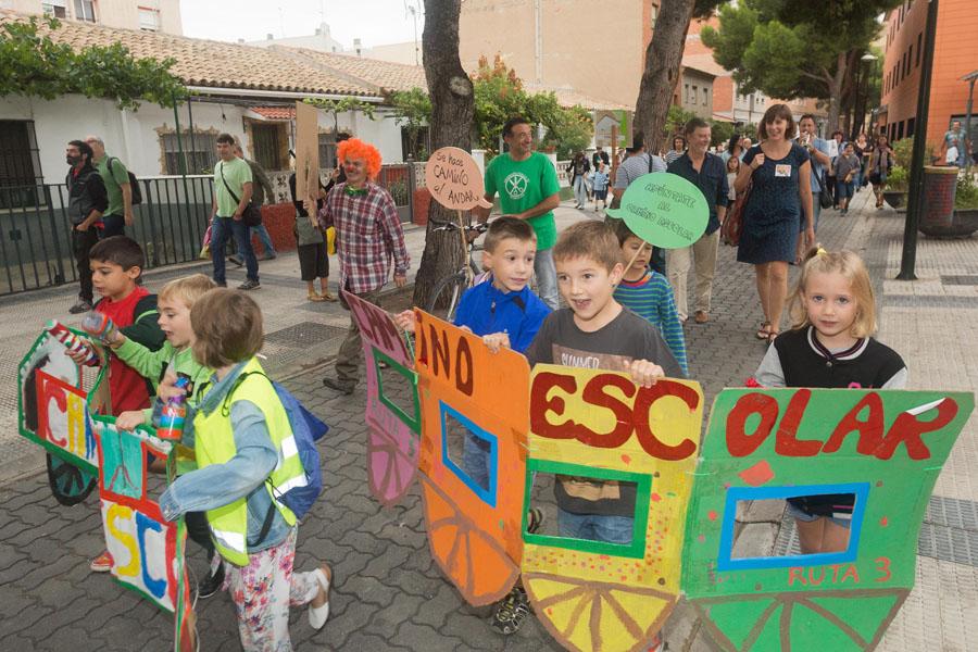 Santisteve abre el curso realizando un tramo del Camino Escolar del colegio público Sainz de Varanda