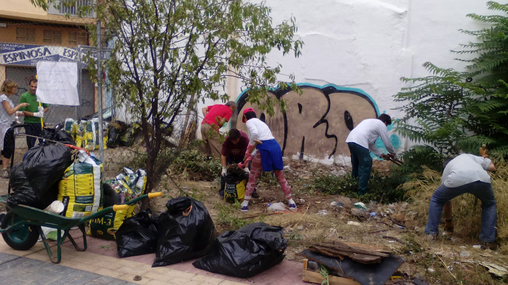 Vecinos de Torrero limpian un solar ante la desidia y el abandono de la anterior Junta Municipal