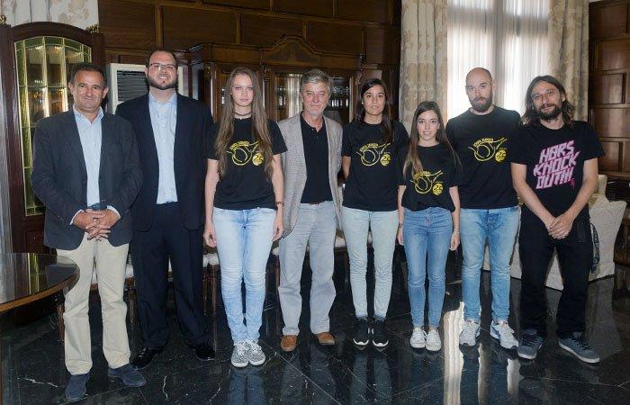 El Ayuntamiento recibe al School Zaragoza Tenis de Mesa que jugará este año en la Superdivisión