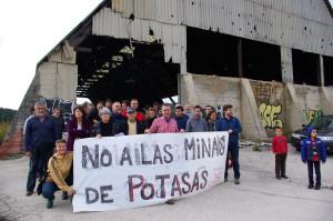 Miembros de la plataforma en una visita a las instalaciones abandonadas en la Sierra del Perdón. Foto: Miguel Ángel Conejos (AraInfo).