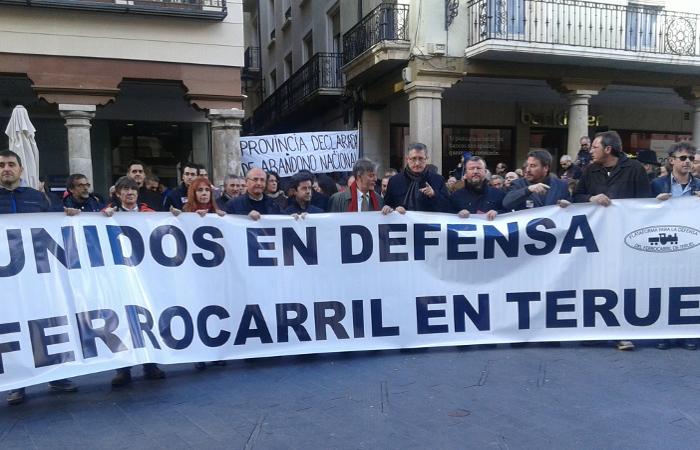 Teruel se manifiesta en defensa del ferrocarril y contra la precariedad del tren
