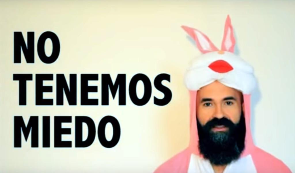 Photocall con disfraz de conejo rosa en apoyo a las y los educadores del COA