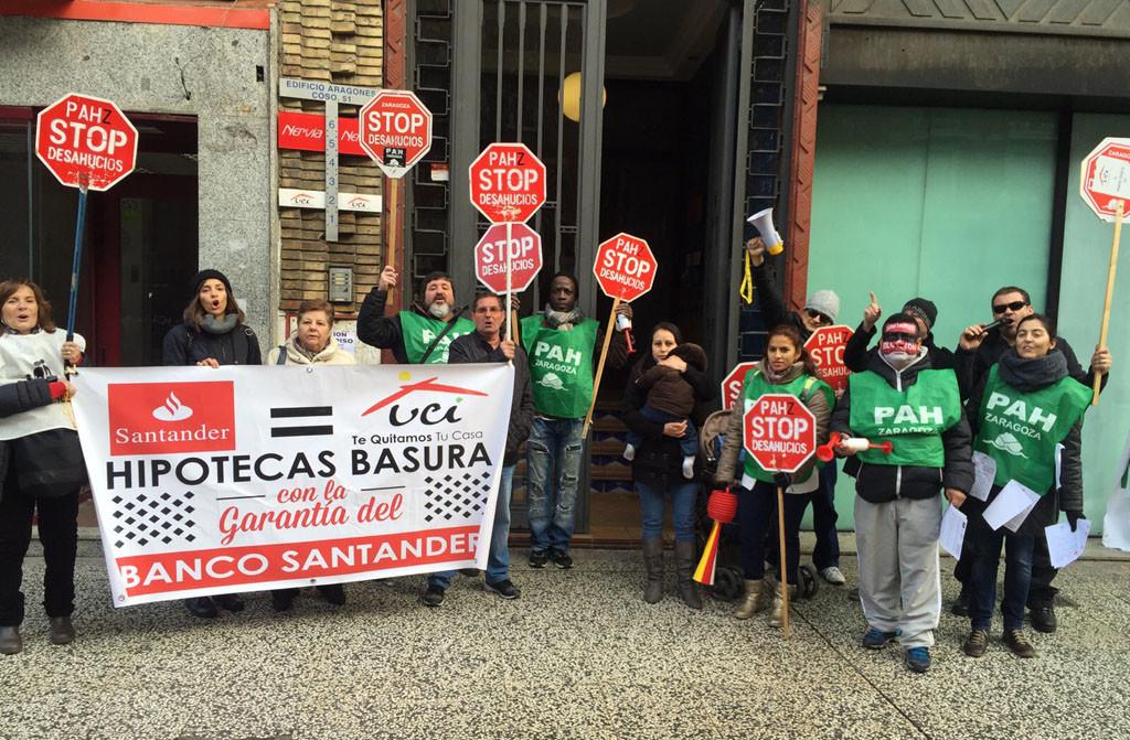PAH Zaragoza se concentra frente al Santander para denunciar «sus malas prácticas»