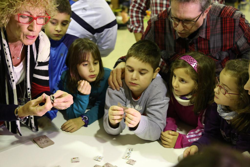 Taller de juegos tradicionales en la Ludoteca de Invierno de Mequinensa