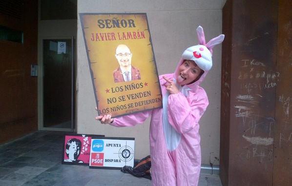 Amplio despliegue para proteger en Zaragoza a Pedro Sánchez de un pacífico conejo rosa