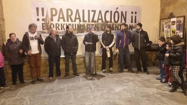 Un millar de personas vuelven a exigir la paralización de las obras de Yesa