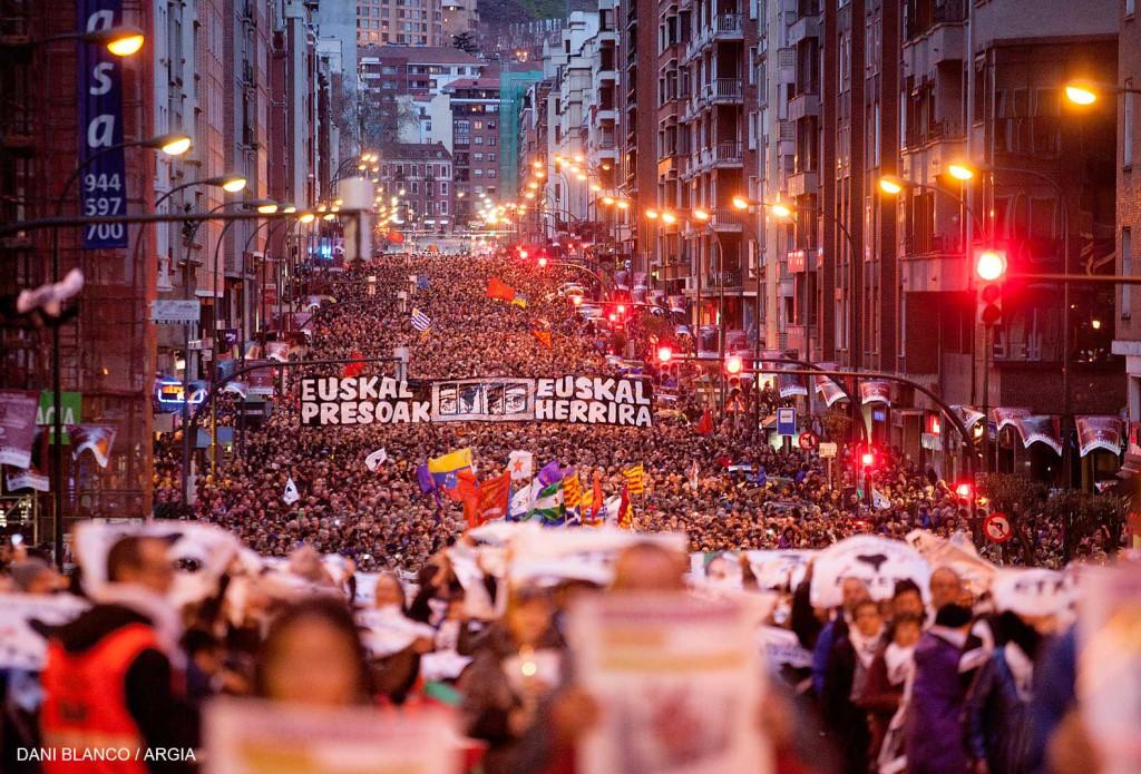 """71.000 personas se manifiestan en Bilbo y Baiona bajo el lema """"Derechos Humanos, resolución y paz"""""""