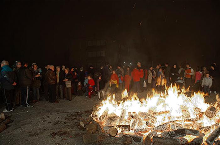 La AV Venecia organiza un año más la Hoguera de San Antón en el barrio de Torrero