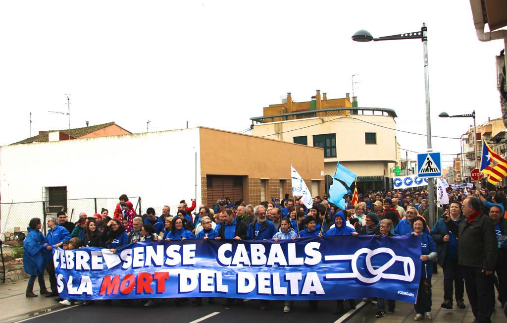 Amposta acoge una histórica manifestación en defensa del Ebro