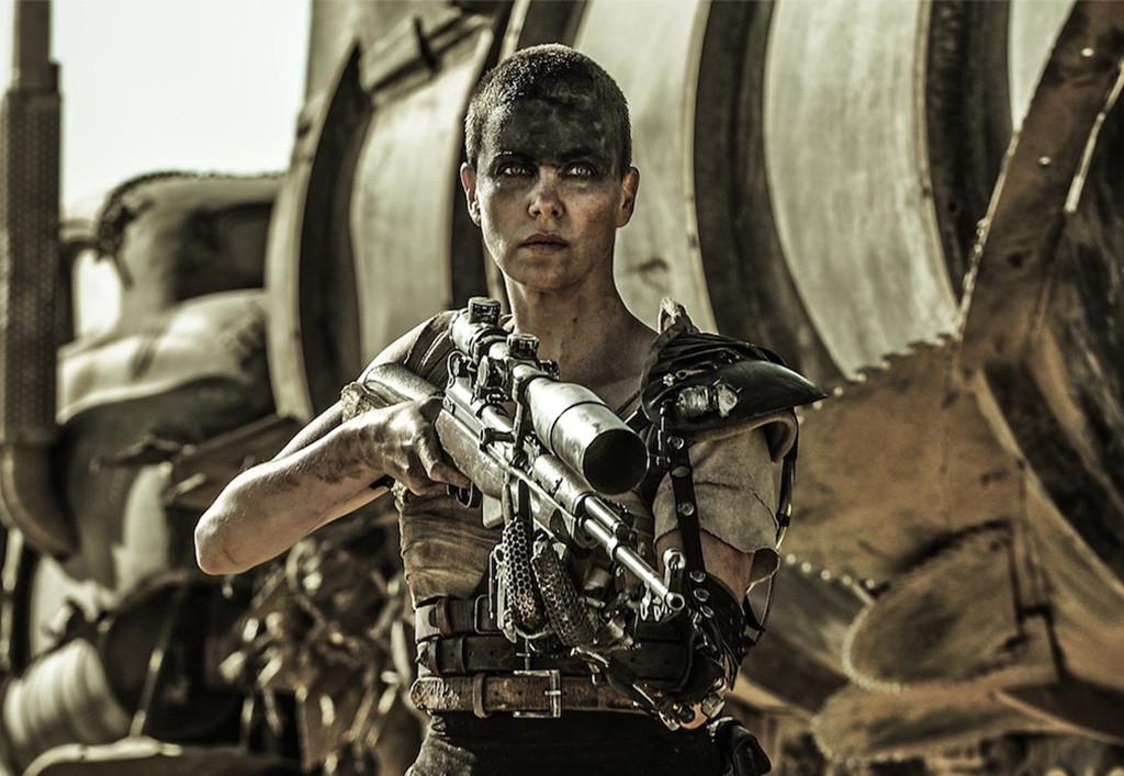 CharlizeTheron es Furiosa en un fotograma de la película.