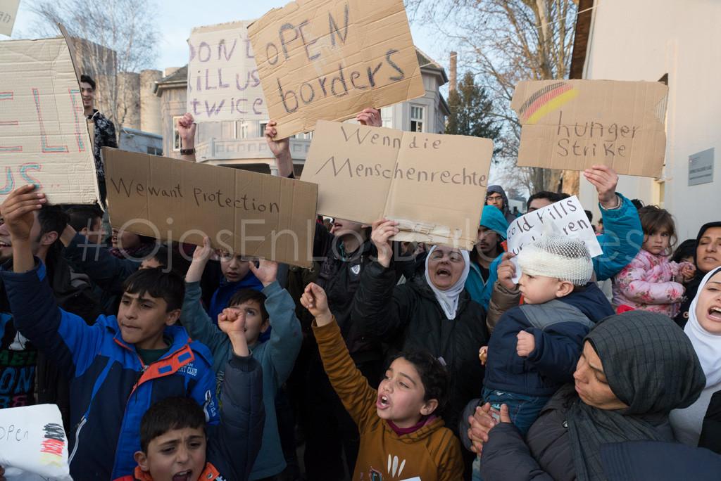 Un centenar de refugiados reclaman la apertura de la frontera serbocroata