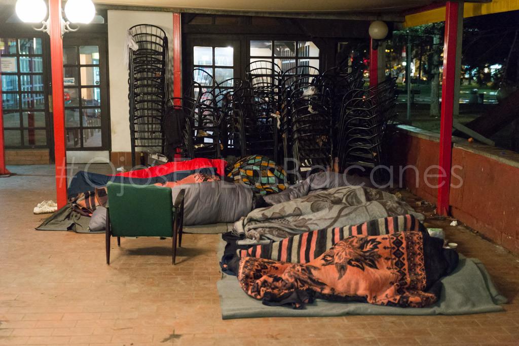 Personas refugiadas durmiendo en Belgrado. Foto: Pablo Ibáñez (AraInfo)