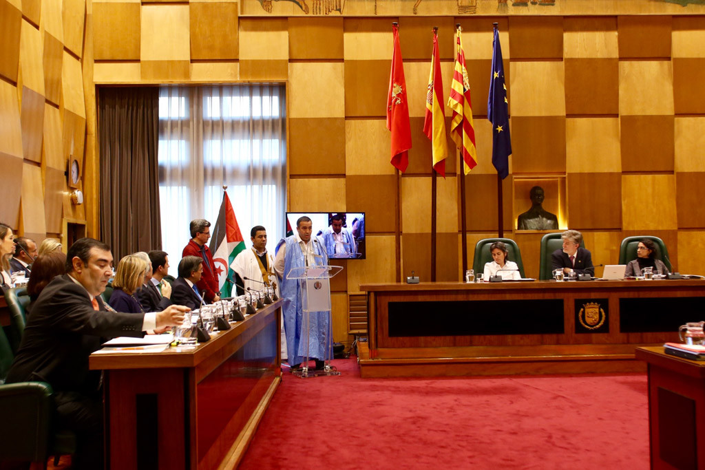 Representantes del Sahara Occidental en el Pleno municipal de Zaragoza. Foto: Ayuntamiento