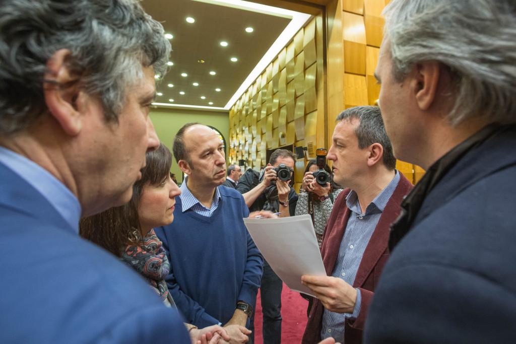 Imagen tomada a la salida de la Comisión Extraordinaria de Economía. Foto: Ayuntamiento de Zaragoza.